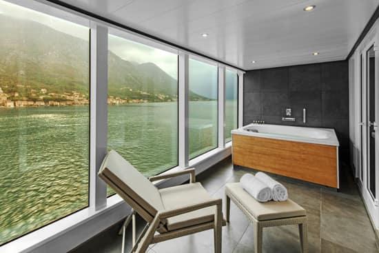 Badewanne auf der Veranda der Wintergarden Suite